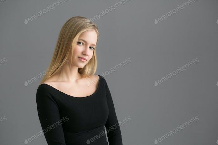 Schöne Frau natürliche lässige weibliche Schönheit Modell über grauen Hintergrund Lebensstil