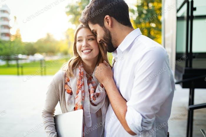 Alegre joven pareja abrazando y Risa al aire libre