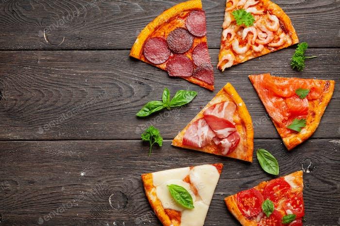 Leckere Scheiben verschiedener Pizza