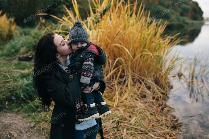 Frau und Kind am Ufer des Flusses
