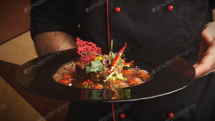 Современное блюдо ресторана. Тартар из телятины с перепелиным яйцом