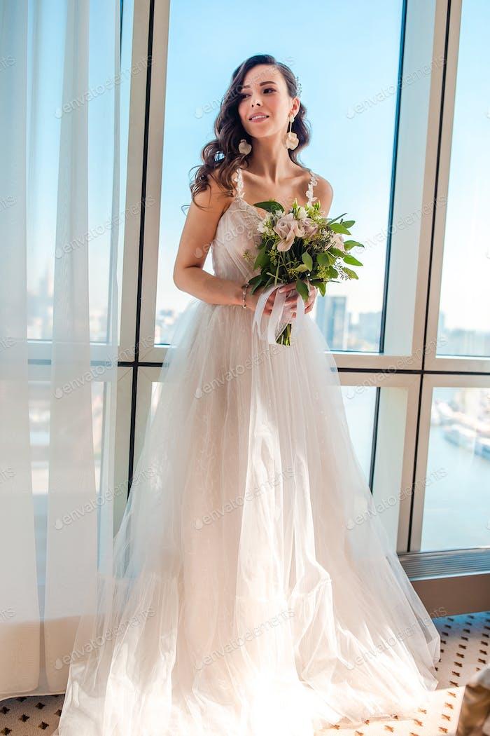 Hochzeitstag. Porträt der schönen Braut mit Blumenstrauß