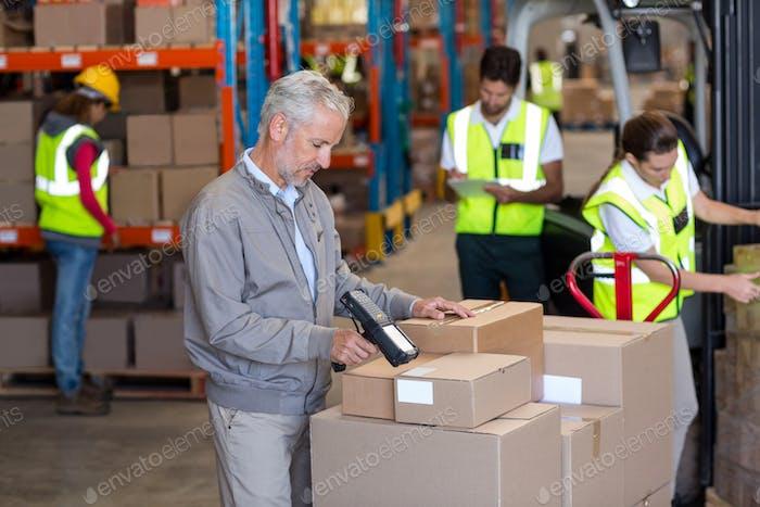 Lagerverwalter scannen der Kartons