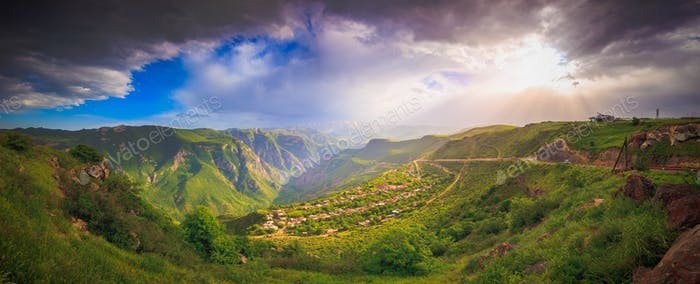 Landschaft mit grünen Bergen