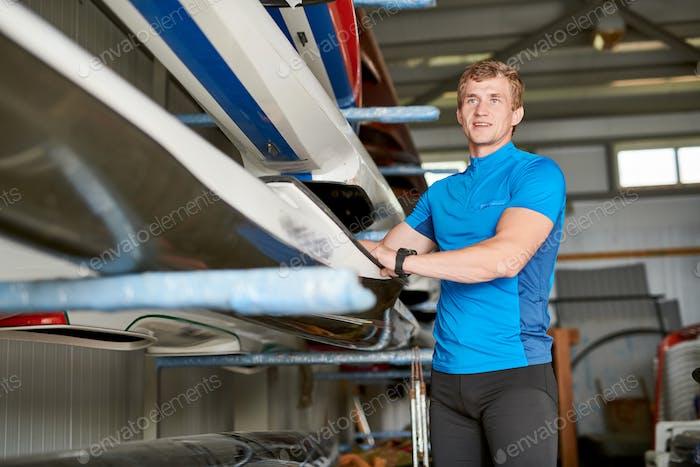 Junge Sportler in der Garage