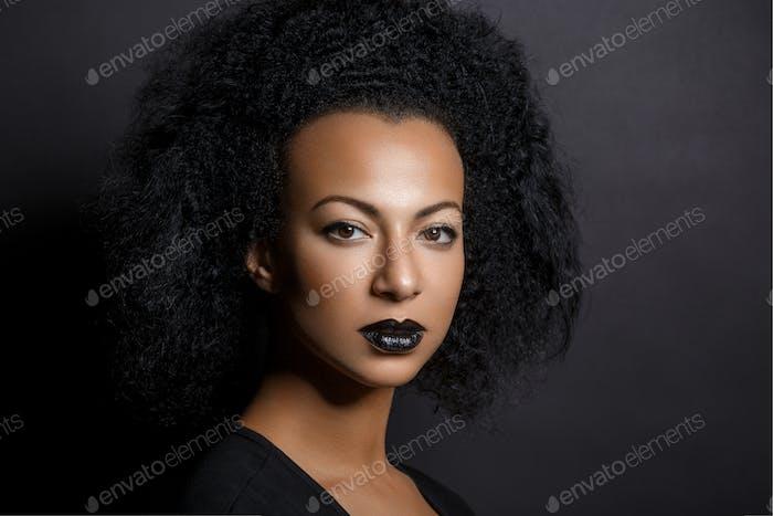 schöne Frau mit großen lockigen Haaren