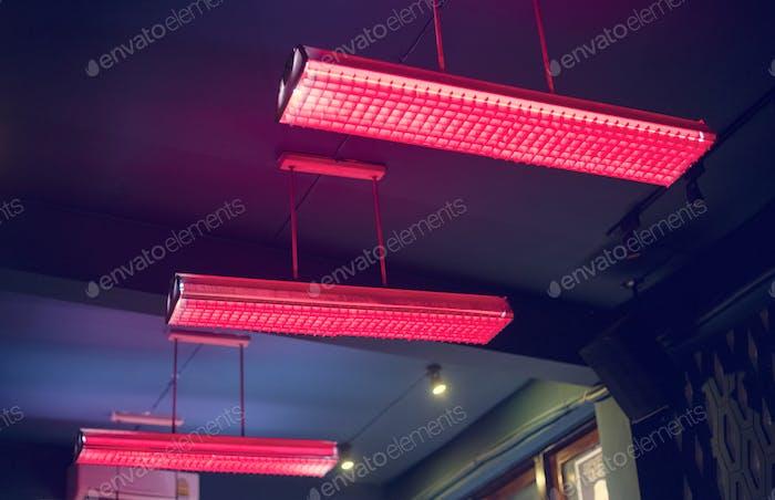 Rote Leuchtstofflampe, die von der Decke hängen