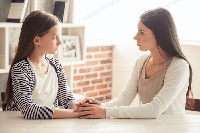 Mama und unruhigen Tochter