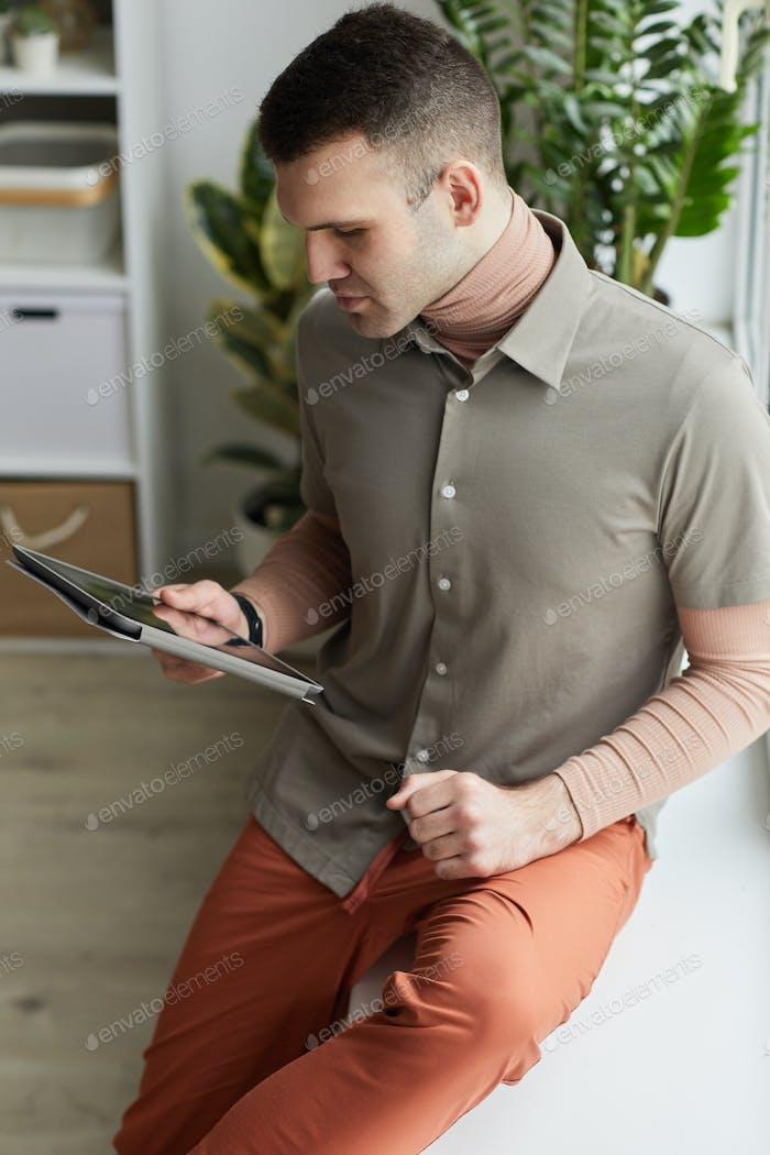 Mann mit Tablet-PC