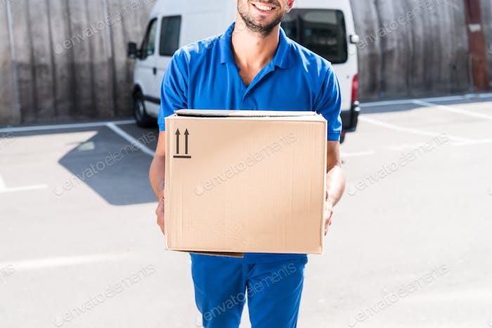 Nahaufnahme von lächelnden Lieferung Mann mit Kartonschachtel