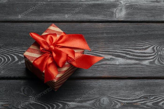 Valentinstagsgeschenk für eine Frau auf Holzuntergrund
