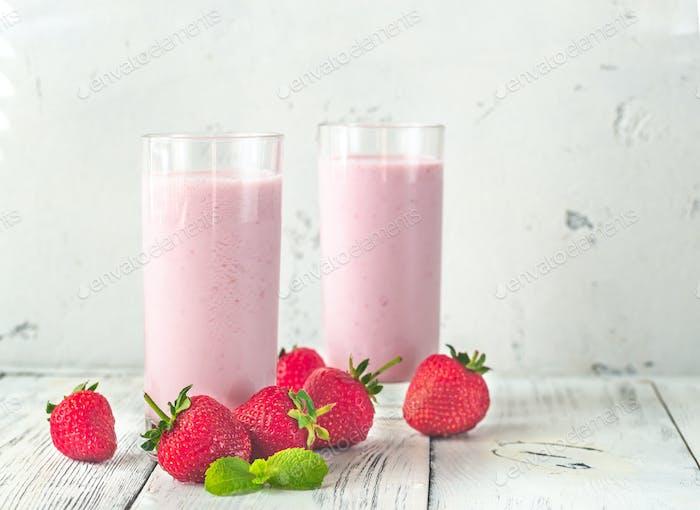 Zwei Gläser Erdbeer-Shake