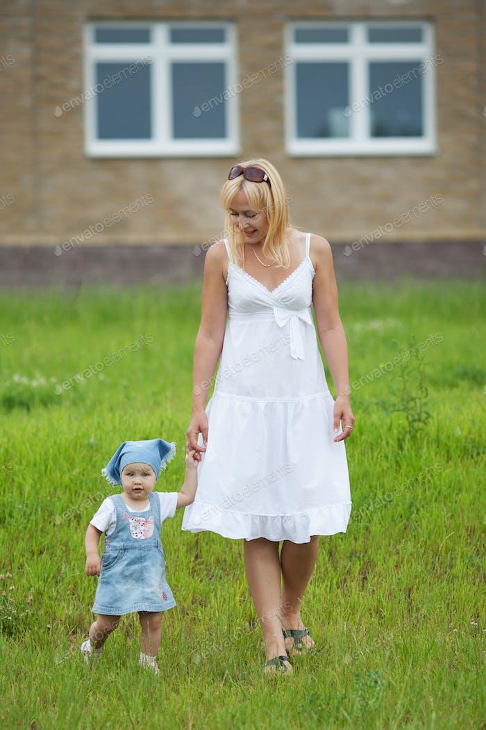 Mutter mit Tochter im Sommerpark