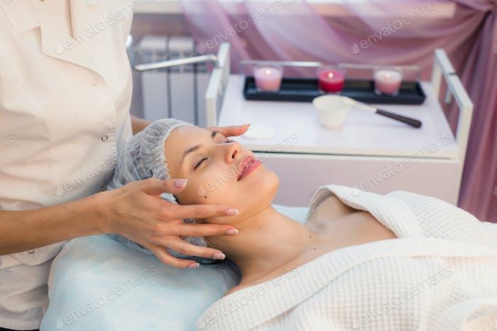 Frau Kosmetikerin, um im Schönheitssalon zu arbeiten