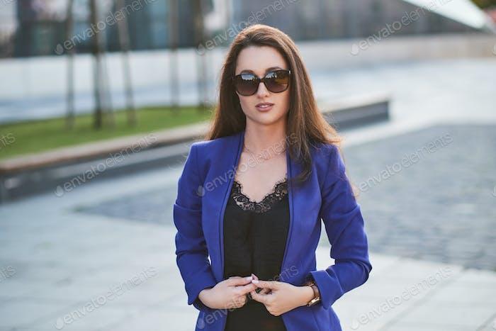Junge elegante Frau posiert für Fotografen auf der Straße