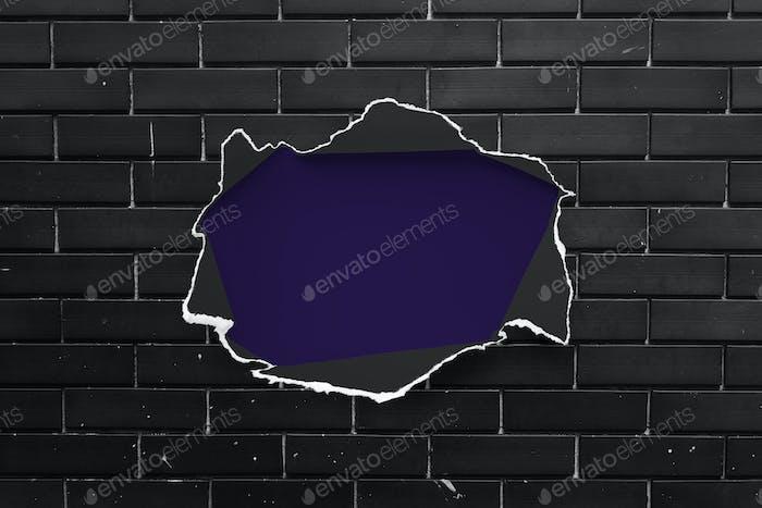 Zerrissenes Papier auf einer Ziegelmauer