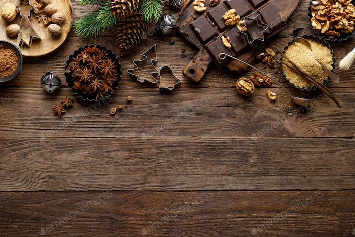 Weihnachten oder Neujahr kulinarischen rustikalen Holzhintergrund mit Lebensmittelzutaten zum Kochen