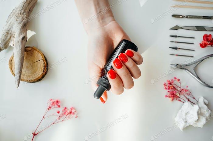 Gepflegte Frauennägel mit rotem Nagellack.