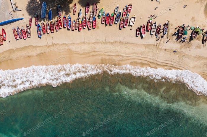 Luftaufnahme von Fischerbooten in Tarrafal Strand auf der Insel Santiago in Kap Verde - Cabo Verde