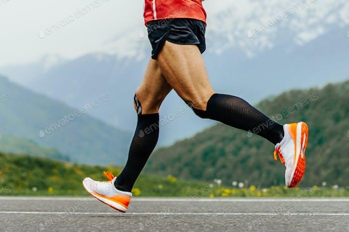 Beine Herren Läufer in schwarz Kompressionssocken