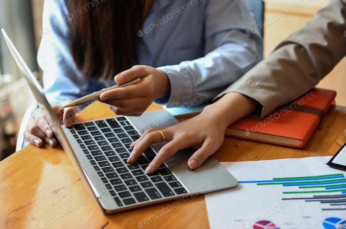 Mitarbeiter verwenden Laptop, um auf dem Schreibtisch zu arbeiten.