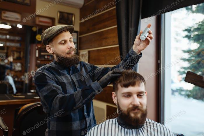 Парикмахерская надевает мусс на волосы клиента, парикмахерская