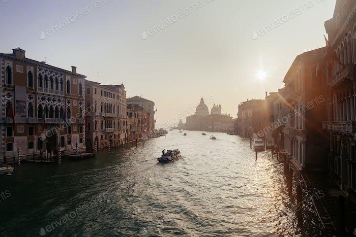 Grand Channel mit Booten bei Sonnenaufgang