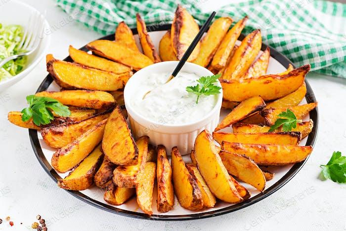 Ofenkartoffeln mit geräuchertem Paprika und Sauce auf hellem Hintergrund.
