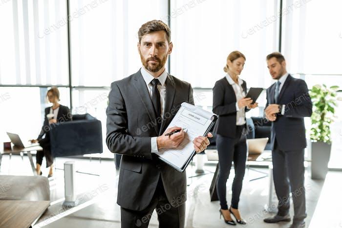 Empleado del banco con contrato de préstamo hipotecario