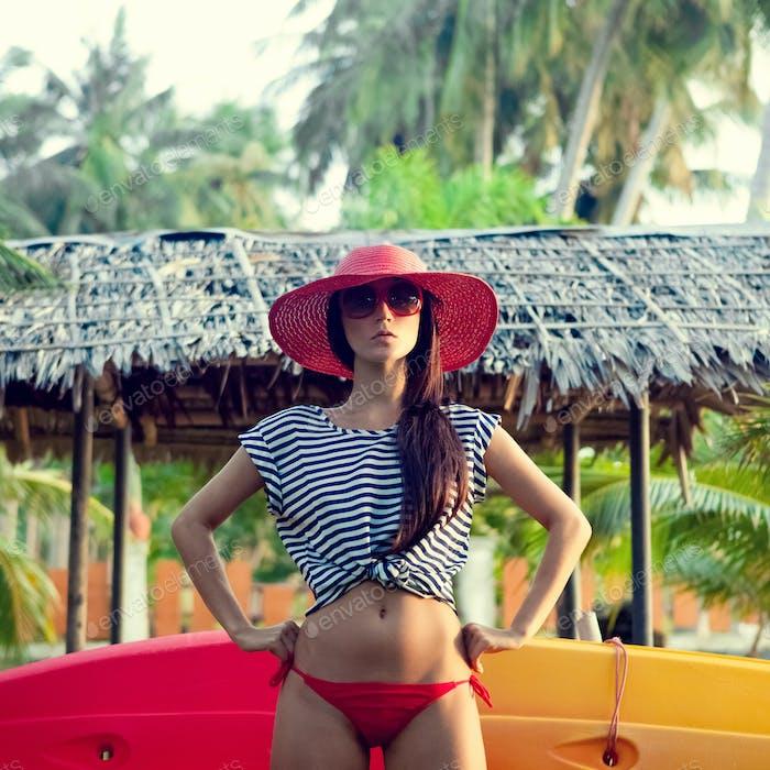 Mode-Porträt eines Mädchens im Urlaub