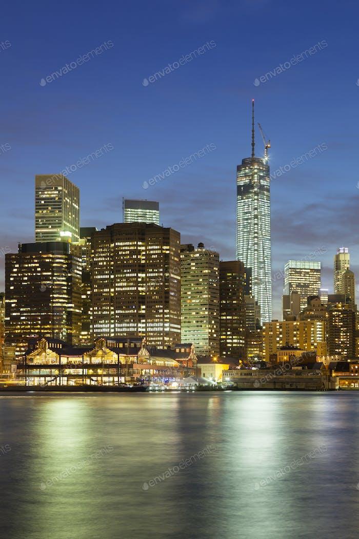 Manhattan Skyline von Brooklyn bei Nacht