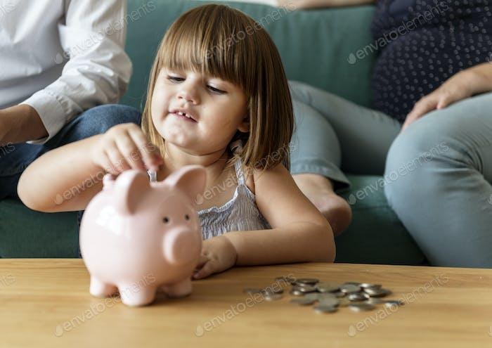 Familia ahorrando dinero en la hucha