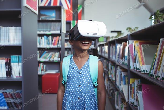 Mädchen trägt Virtual Reality-Simulator in der Bibliothek