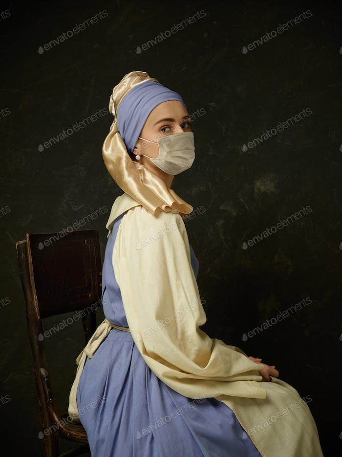Средневековая молодая женщина в качестве леди с жемчужной серьги носить защитную маску для лица от коронавируса