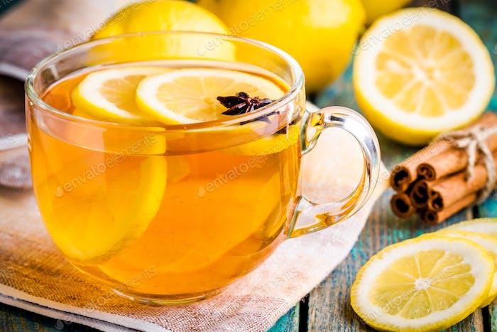 Tasse Tee mit Zitrone und Anis