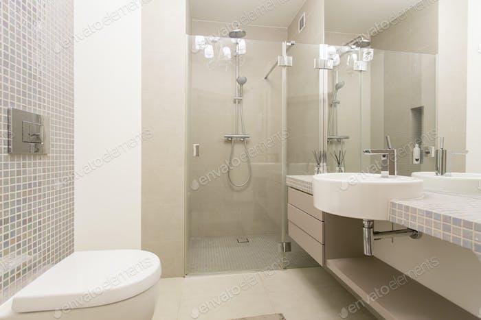 Modernes, helles Badezimmer mit verglasten Dusche