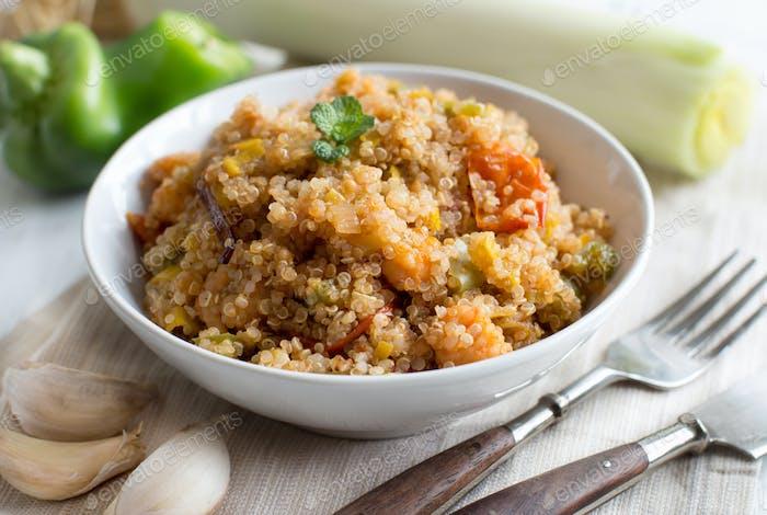 Gekochte Quinoa mit Gemüse und Garnelen