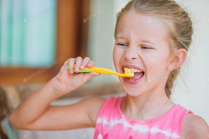 Dentalhygiene Liebenswert wenig Lächeln Mädchen putzen Ihr Zähne