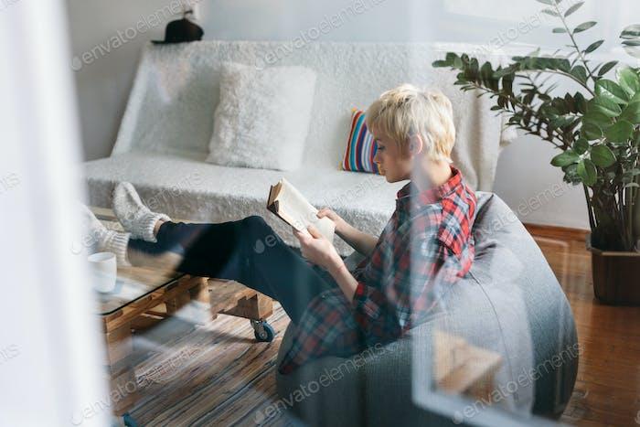 Frau trinken Kaffee und Lesen Buch