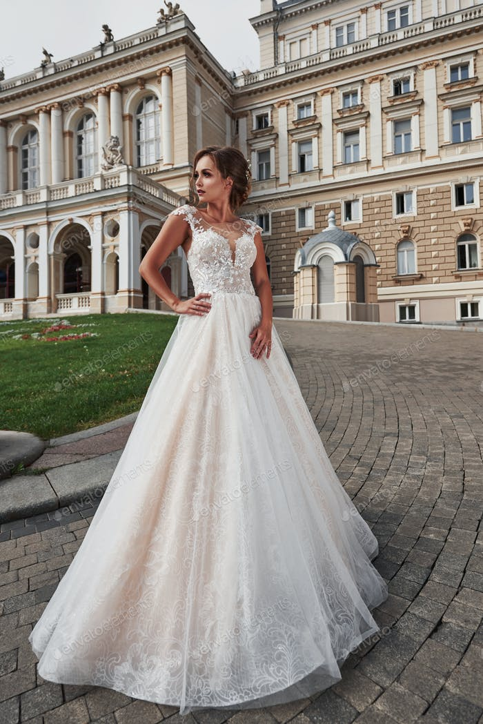 Braut in der Nähe des Schlosses. Braut in einem Hochzeitskleid in der Nähe des Schlosses in der Natur