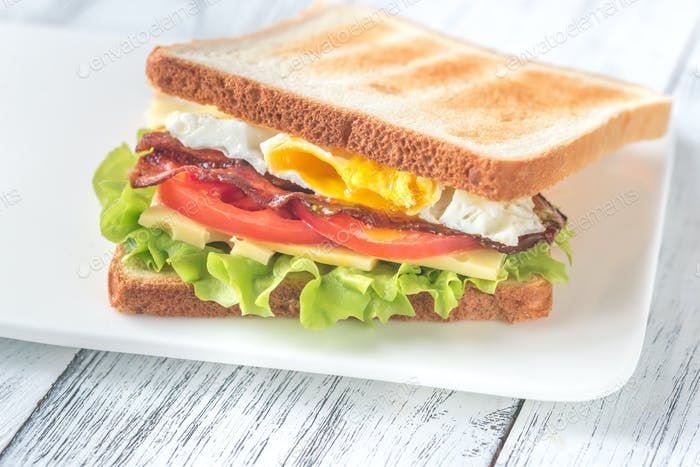 A sndwich with fried egg and bacon