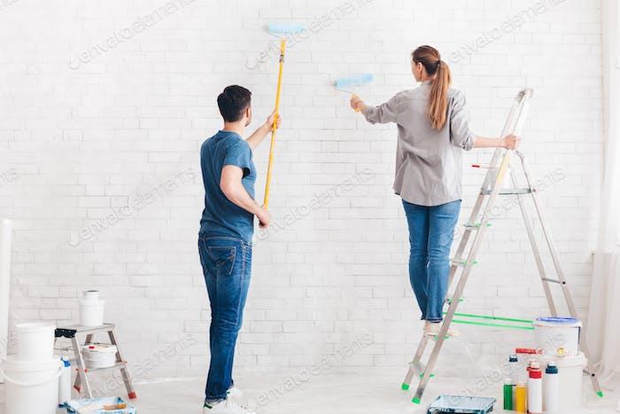 Junges Paar tun Wohnung Reparatur zusammen selbst