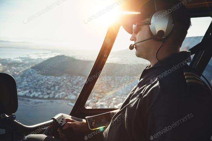 Männliche Hubschrauber Pilot fliegen Flugzeuge