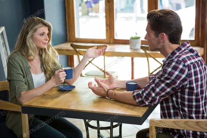 Paar reden, während Kaffee am Tisch im Café