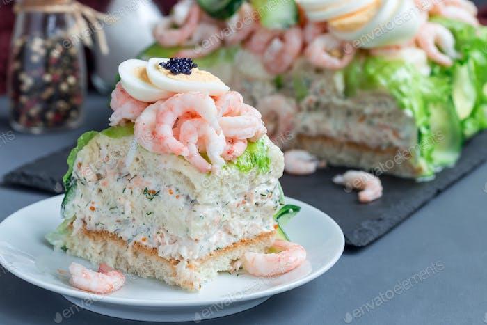 Stück traditionelle herzhafte schwedische Sandwichkuchen Smorgastorta w