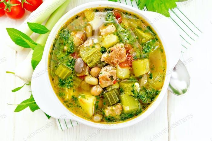 Suppe mit Pisto-Sauce in Schüssel auf Bord oben