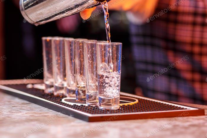 Barman bei der Arbeit, die Zubereitung von Cocktails.