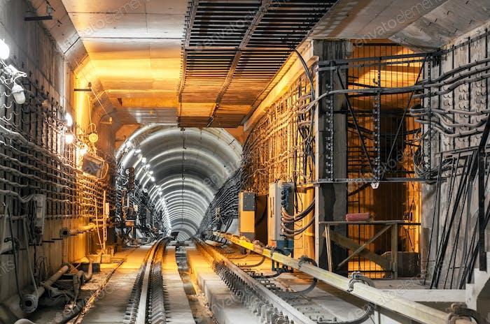Durchqueren des unterirdischen Tunnels