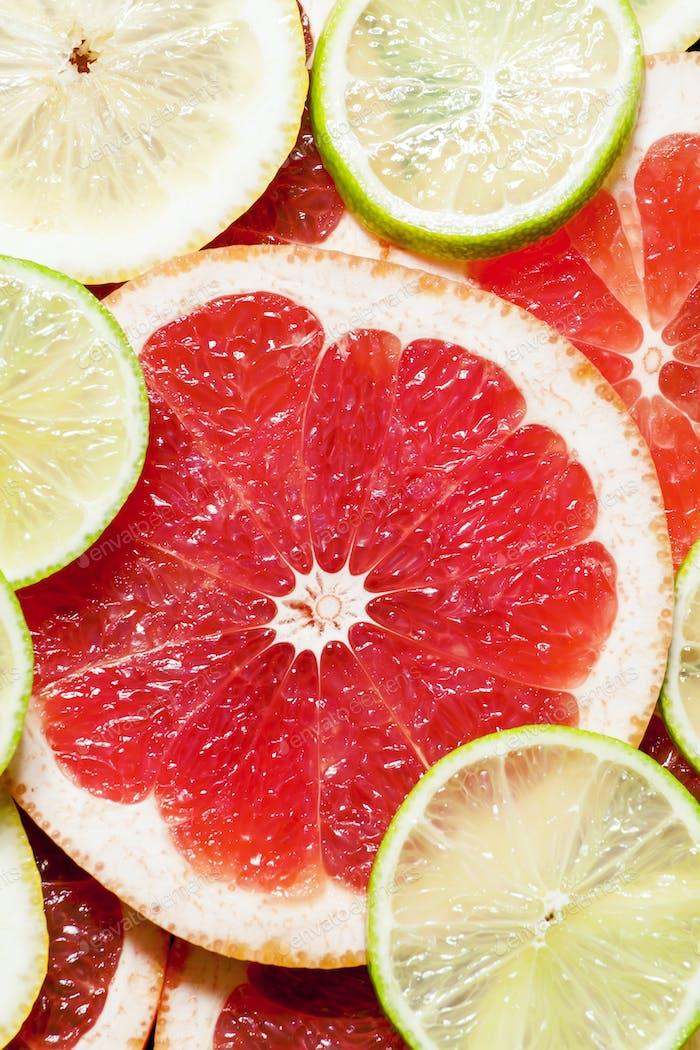 Pomelo en rodajas, limón, lima, fondo de alimentos