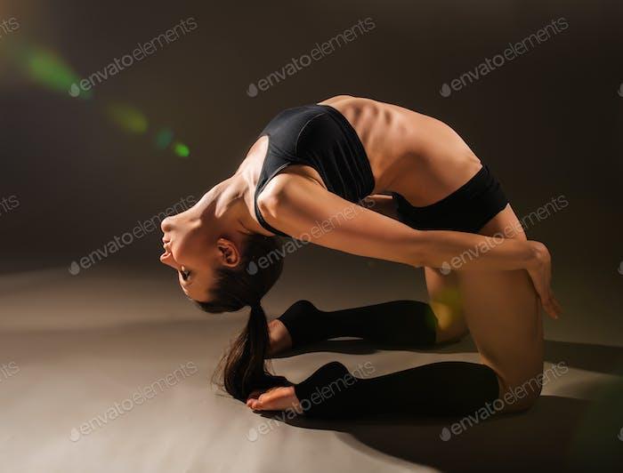 Fllexible sportliche junge schöne Frau
